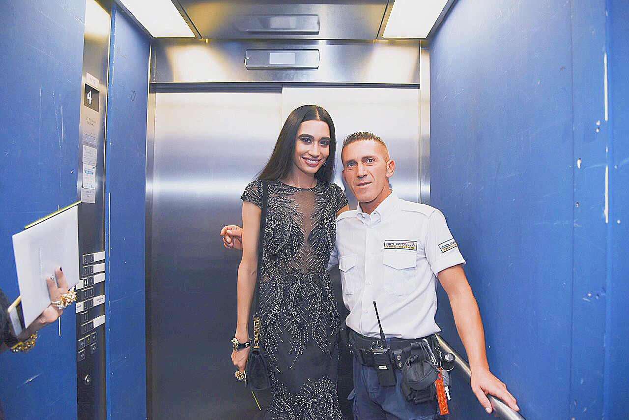 WHAT YOU DON'T SEE IN THE FASHION MAGAZINES! 😂😱 GRAZIE MILLE per questa guardia di sicurezza fantastico e bello!!! THANK YOU to this fantastic and handsome security officer! 😍🙏🏼❤️🌹When the crowd became overwhelming & it was time to PROTECT THE DRESS & THE FAFA (lol in that order) I was whisked away into a SUPER SECRET SPECIAL ELEVATOR to enter the VERSACE S/S 2017 show at Milan Fashion Week to bypass the rest of the paparazzi and excited amazing fans! Special thanks to this wonderful security officer at Piazzale Carlo Magno for protecting me and my entourage and allowing for a seamless entry. #PROTECTYOURQUEEN (Photo credit: Gabriela Di Muro) 👸🏻
