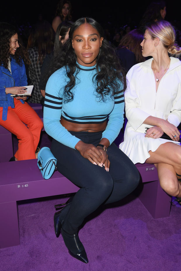 Another Queen of the front row at Versace S/S 2017, the GREATEST OF ALL TIME SERENA WILLIAMS! 😻 Not only is she one of the greatest athletes to have ever existed, talented, wonderful, classy, and a kind human being but she is also GORGEOUS! Her strong, athletic, beautiful body is something to be WORSHIPPED! Beauty in all colors shapes and sizes at Versace! #BlackIsBeautiful (Photo credit: The Fashionista) 👸🏾