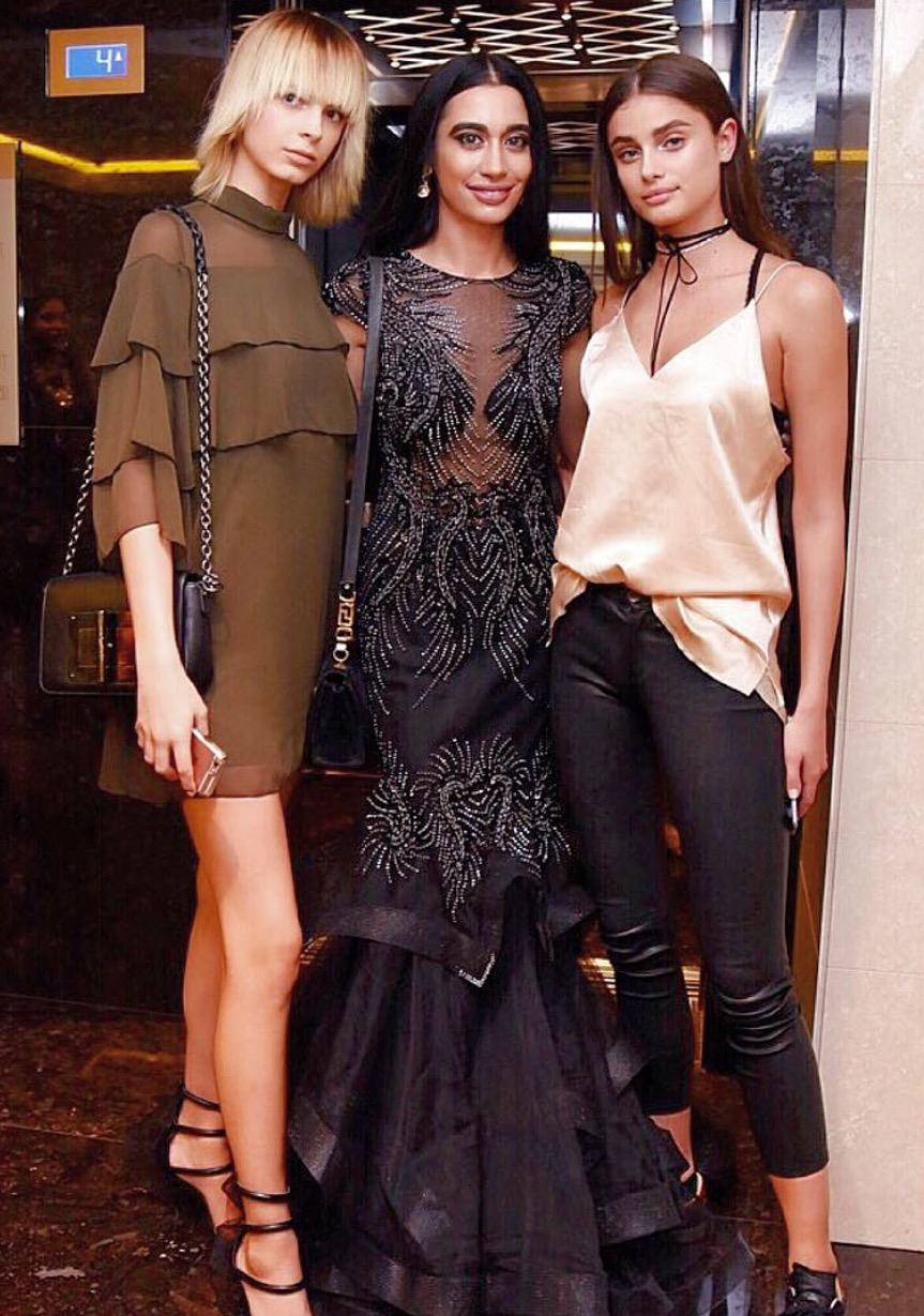 #VersaceDolls X3 looking gorgeous after the VERSACE S/S 2017 Milan Fashion Week runway show, with my girl the beautiful Victoria's Secret Angel Taylor Hill! You are always TOP, great job on the runway we love you TI VOGLIO BENE, TAYLOR! (Photo credit: Gabriela Di Muro) 👸🏼👸🏻👸🏽🌹