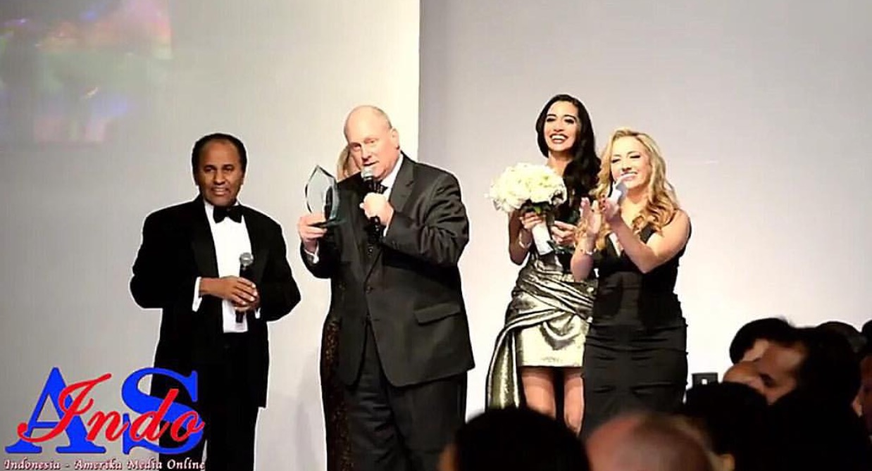 INTERNATIONAL LOVE! THANK YOU to my fans in Dubai/Malaysia/Indonesia and all over the world for tuning into #CFW and for tagging me in this video from Saturday night, live on Indonesian TV accepting my Global Fashion Avenue Award for Top Model! Presenting the award is Mark Jaffe, President of the Greater New York Chamber of Commerce. THANK YOU AGAIN FOR THIS HONOR! I AM SO GRATEFUL I CANNOT EXPRESS IT ENOUGH! ❤️